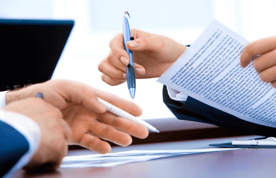 На фото изображен процесс проверки документов прав собственности на квартиру.
