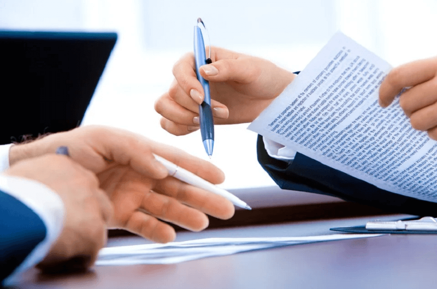 На фото изображен процесс подготовки документов у юриста.
