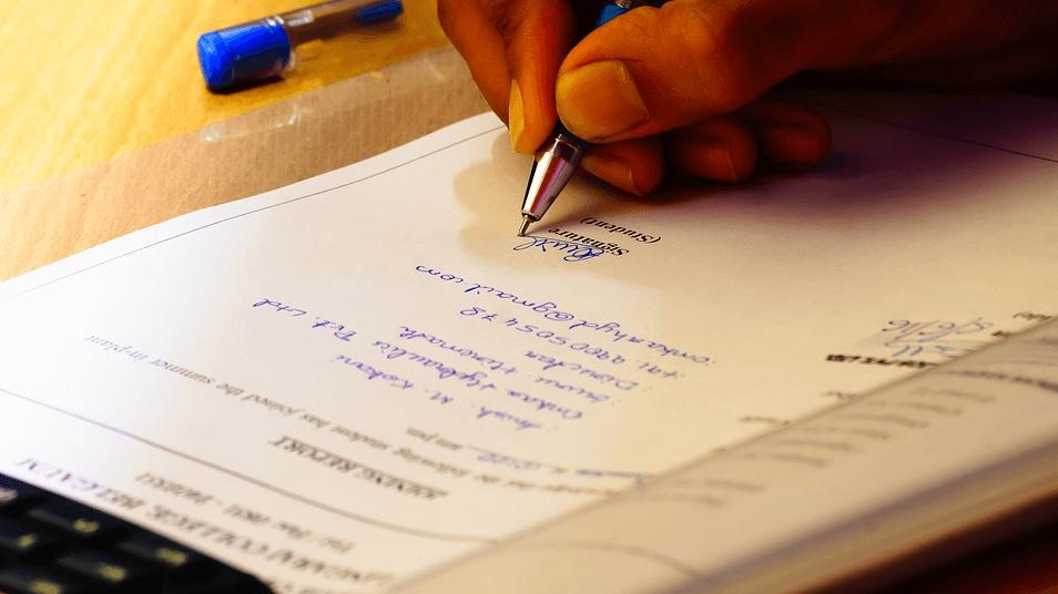 На фото изображен процесс подписи юристом соглашения о неразглашении конфиденциальной информации.