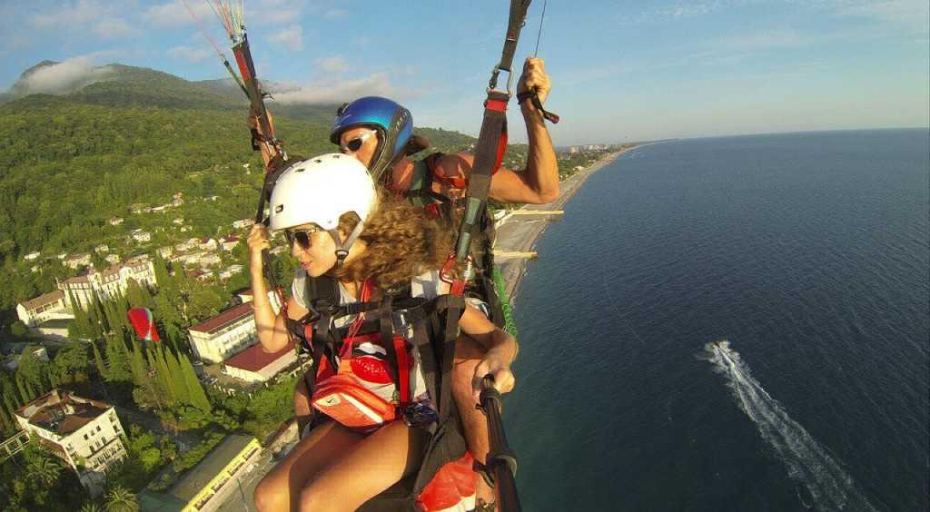 На фото девушка летит со страховкой.