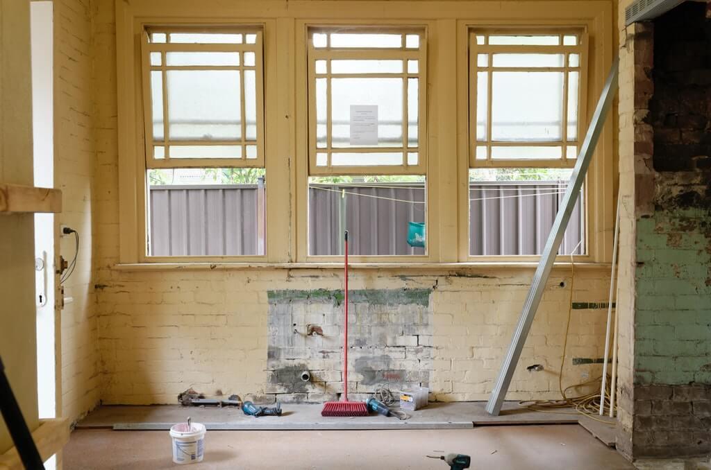 На фото изображен ремонт в нежилом помещении.