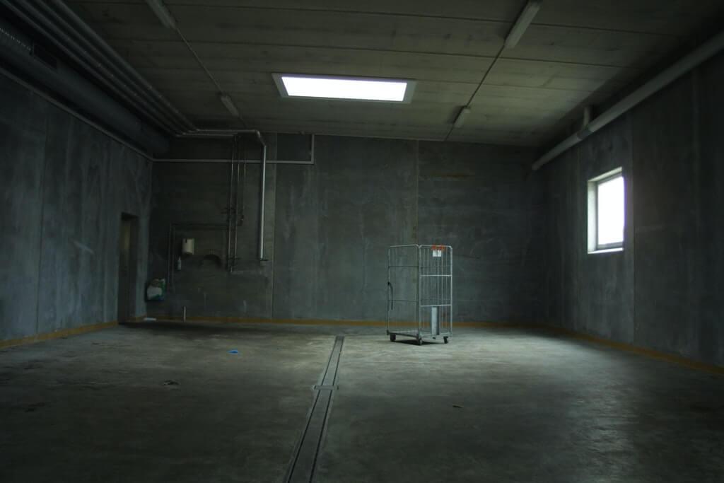 На фото изображено фото нежиого помещения.
