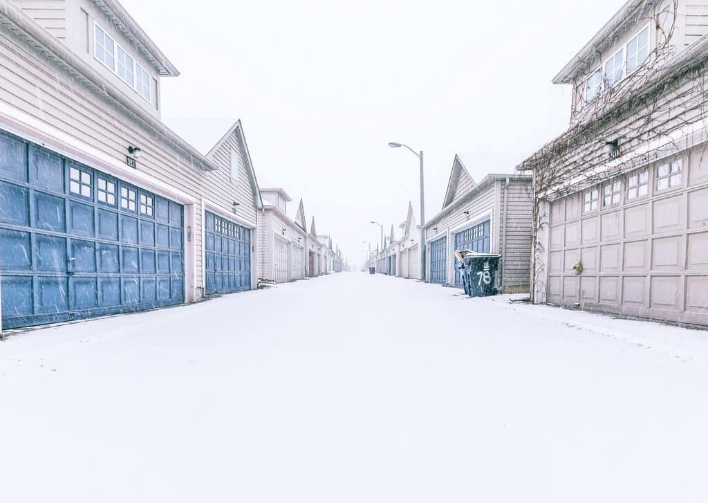На фото гаражи в зимнее время.