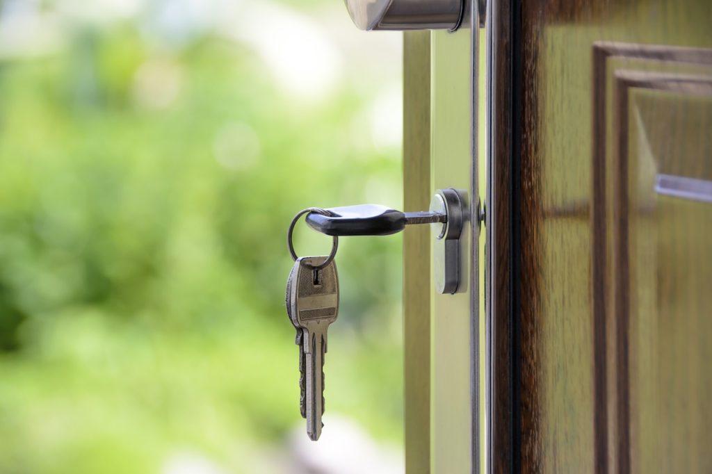 На фото ключ в дверном замке.