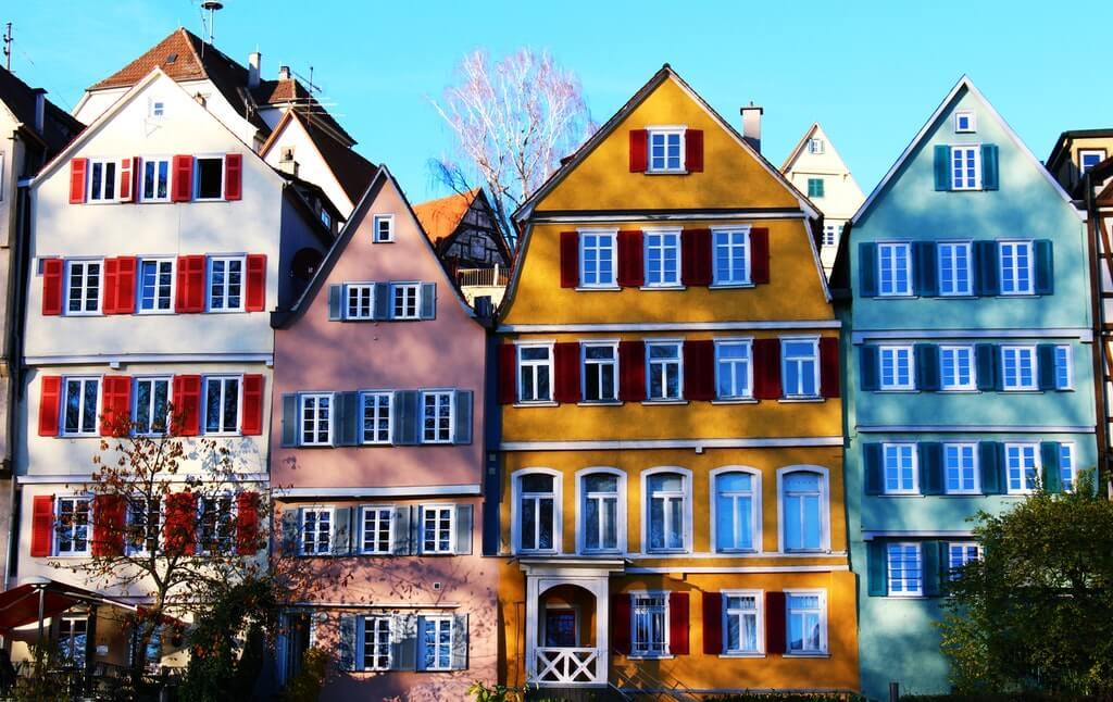На фото изображены фасады жилых домов.