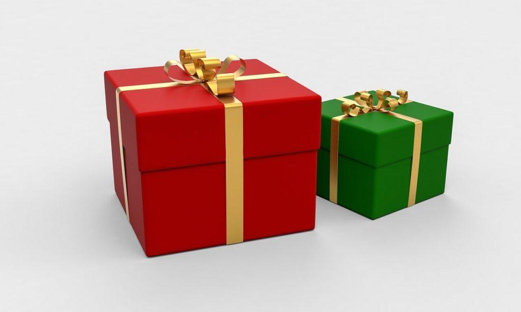 На фото два запечатанных подарка.