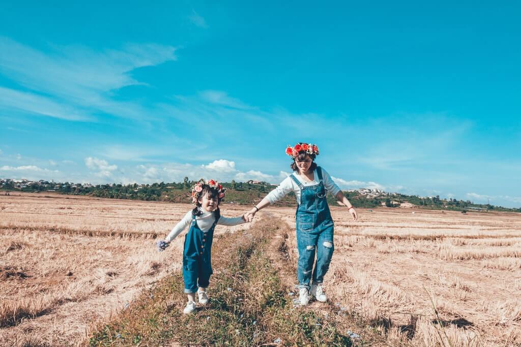 На фото изображены дети на земельном участке.