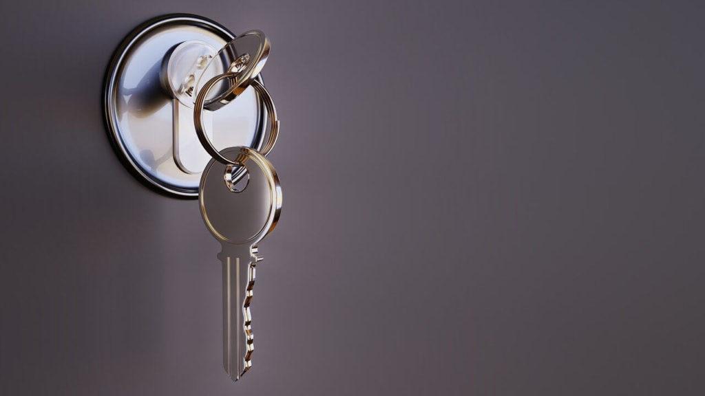 На фото изображены ключи в дверном замке.
