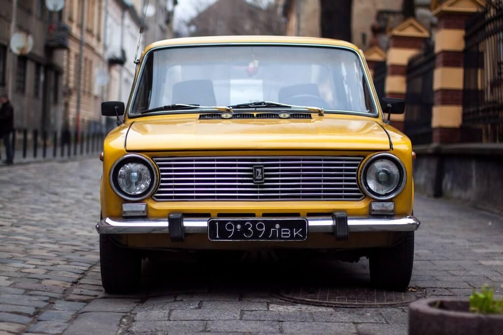 На фото изображен автомобиль желтого цвета.