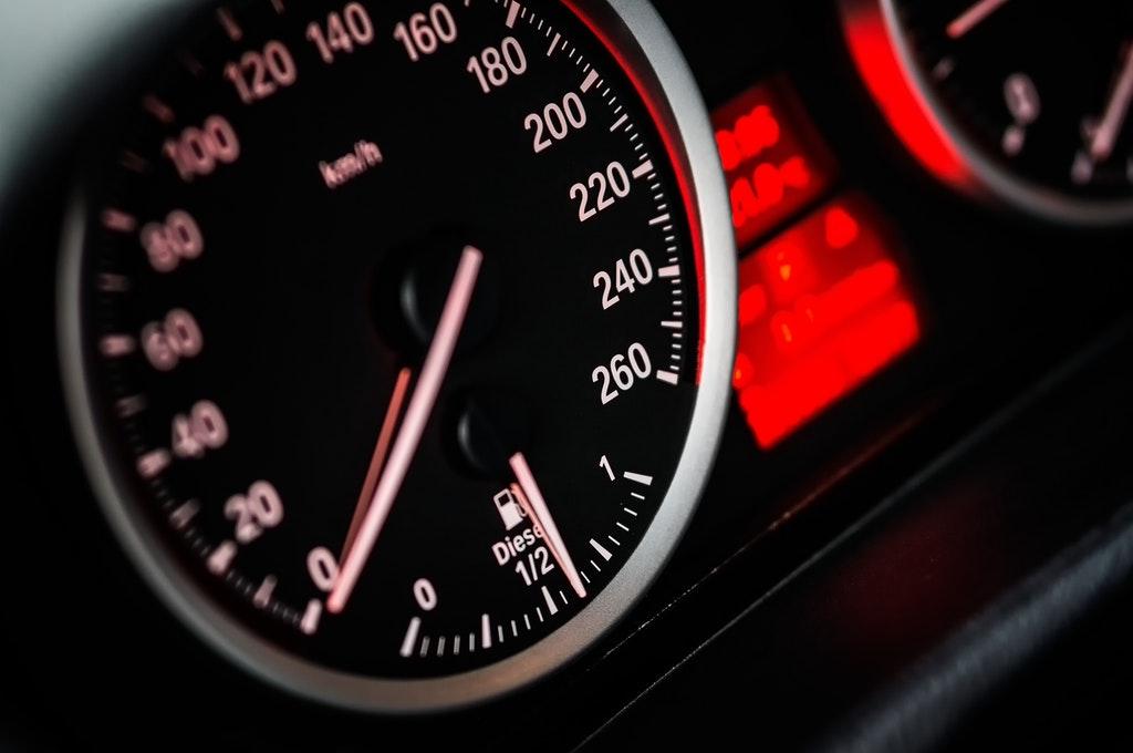 На фото изображен спидометр авто.