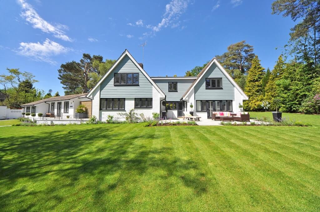 На фото жилой дом с земельным участком.