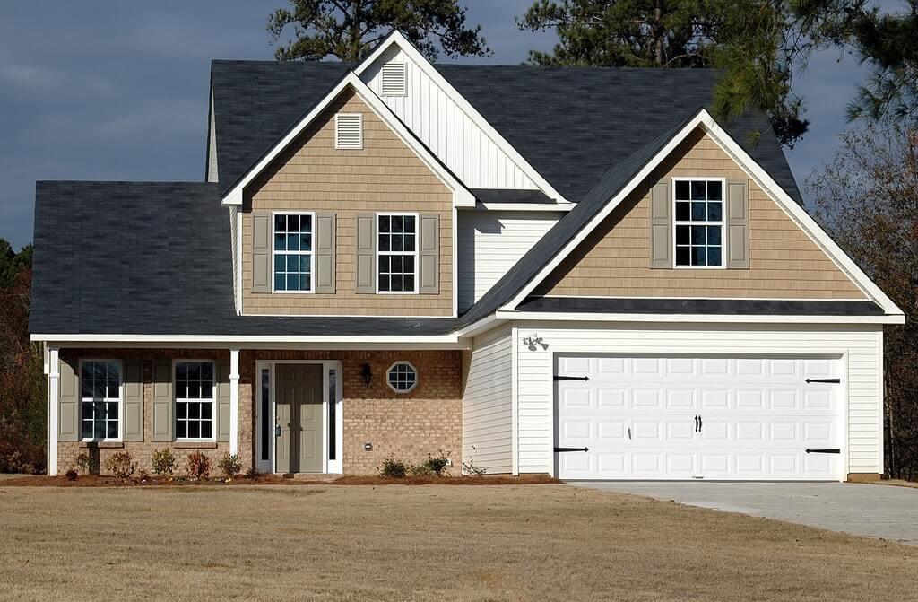 На фото изображен фасад жилого дома.