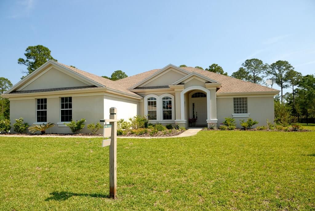 На фото изображен дом с земельным участком, выставленный на продажу.
