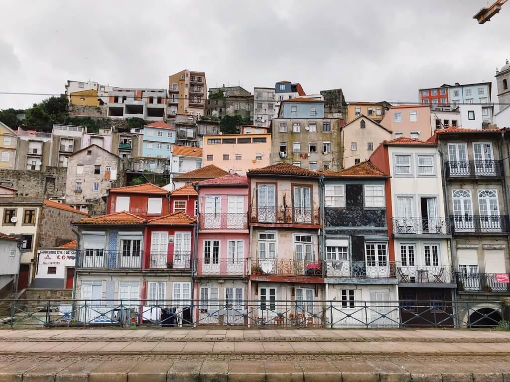 На фото изобраены многоэтажные дома.