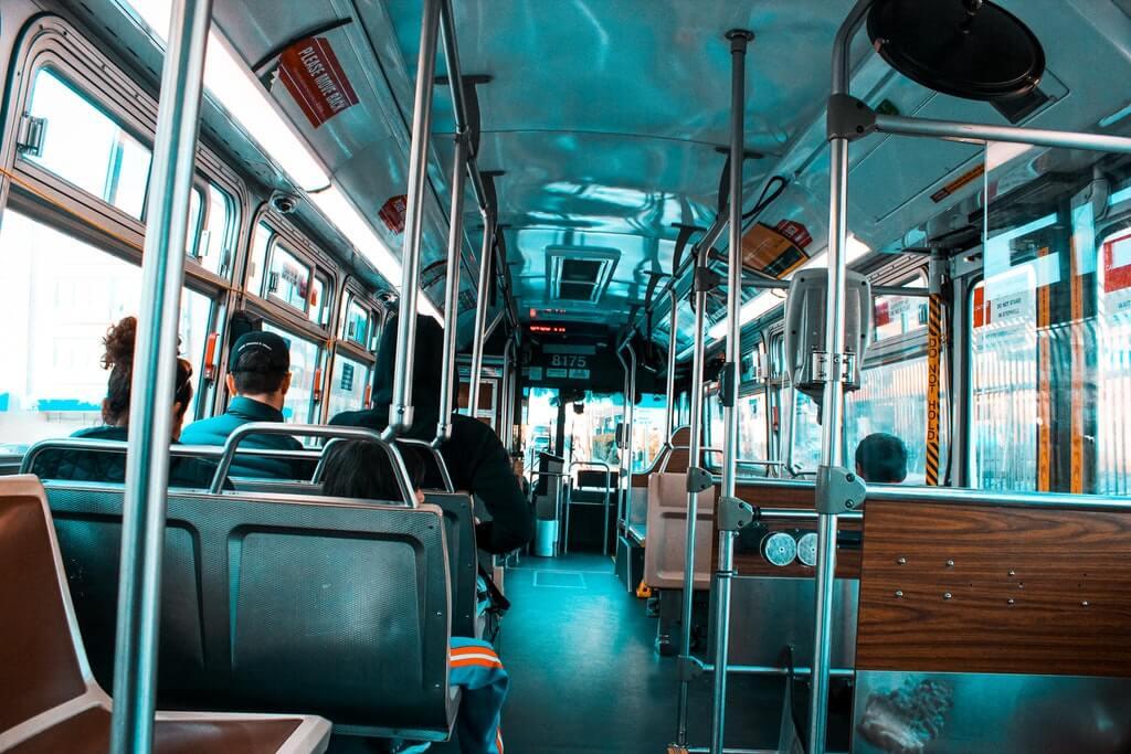 На фото изображен автобус (вид изнутри).