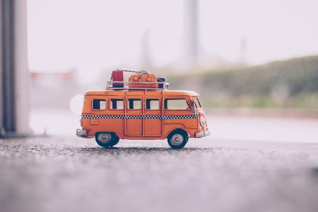 На фото изображен игрушечный автобус.