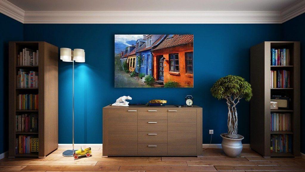 На фото изображена квартира с мебелью.