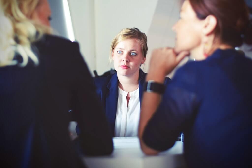 На фото женщина предоставляет консультационные услуги.