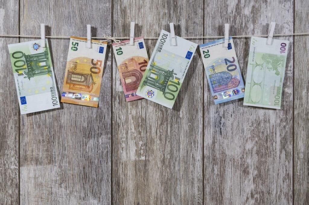 На фото изображены деньги, которые висят на веревке.