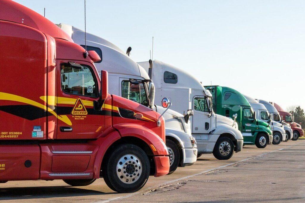 На фото изображено несколько грузовиков.