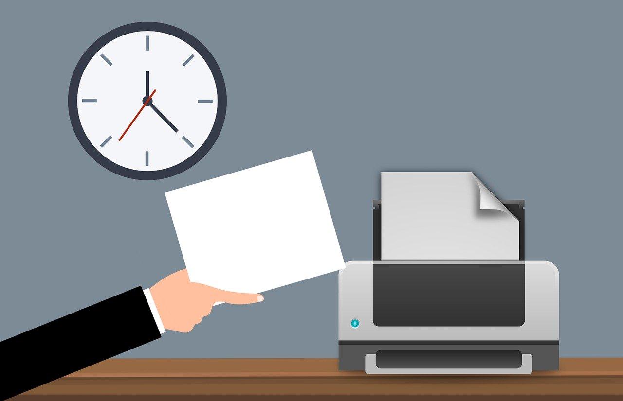 На фото документ печатается на принтере.