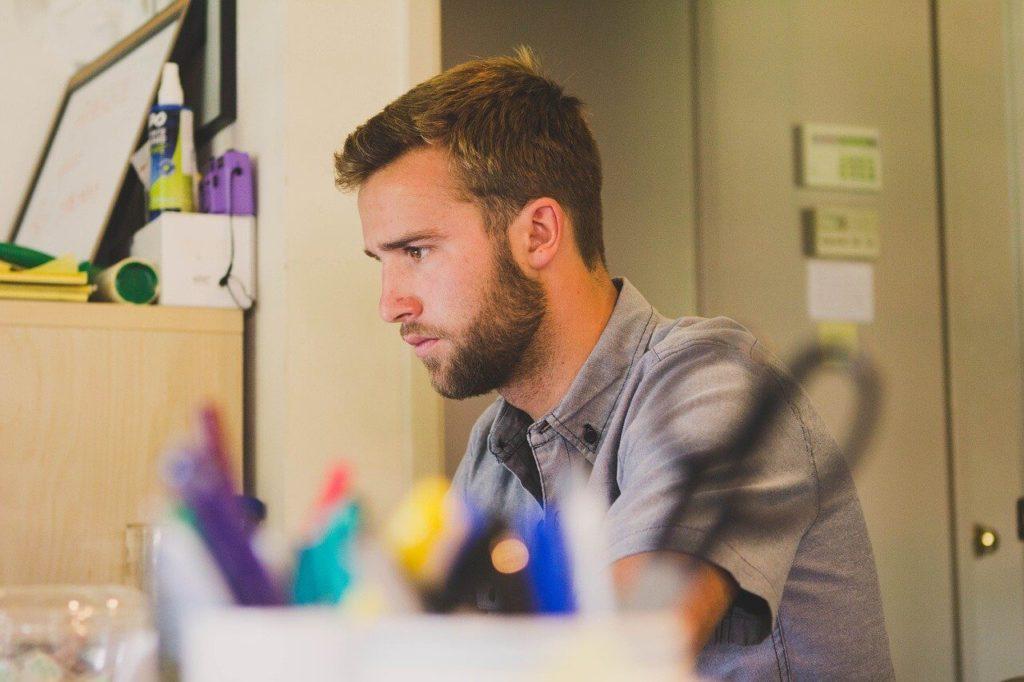 На фото мужчина за работой.