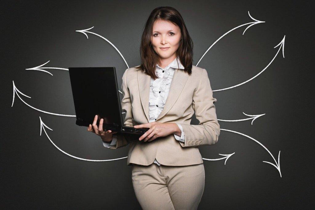 На фото бизнесвумен с ноутбуком в руках.