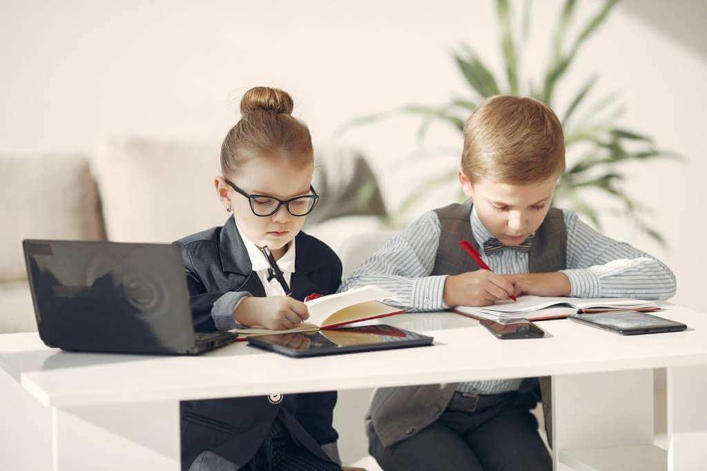 На фото изображены дети, которые играют роль взрослых (часть 2).