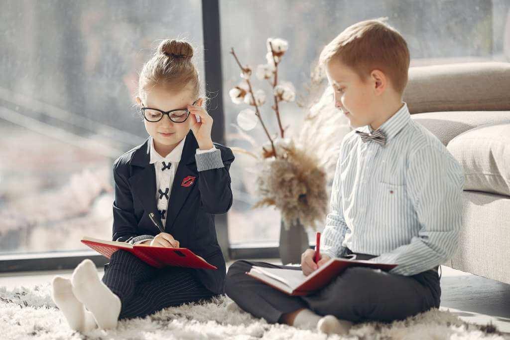 На фото изображены дети, которые играют роль взрослых (часть 1).