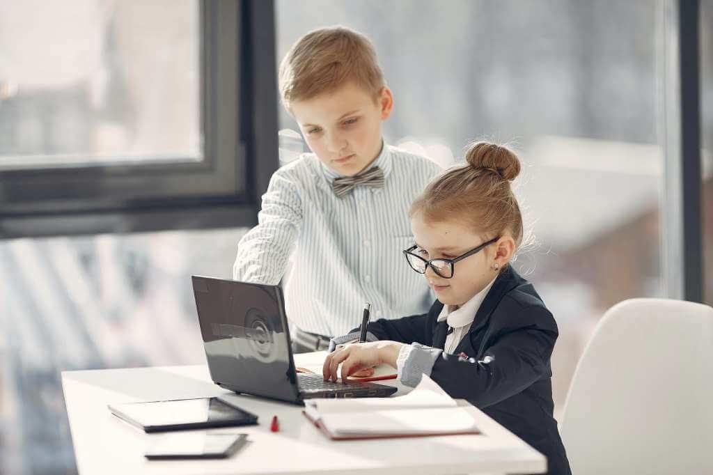 На фото дети играют роль взрослых.