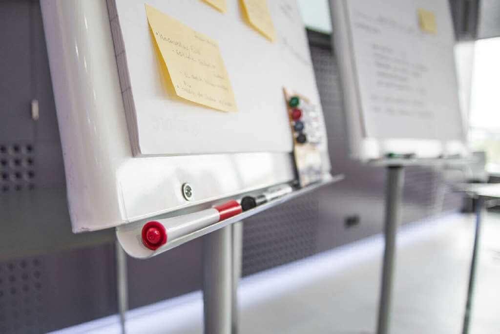 На фото семинар в офисе.