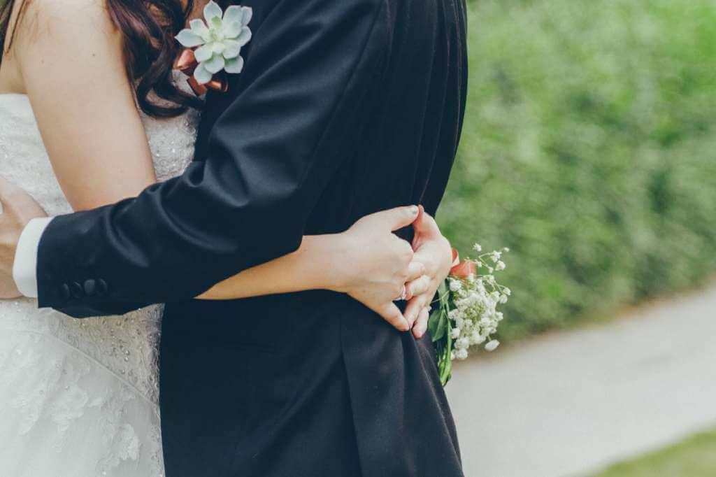 На фото супруги обнимаются.