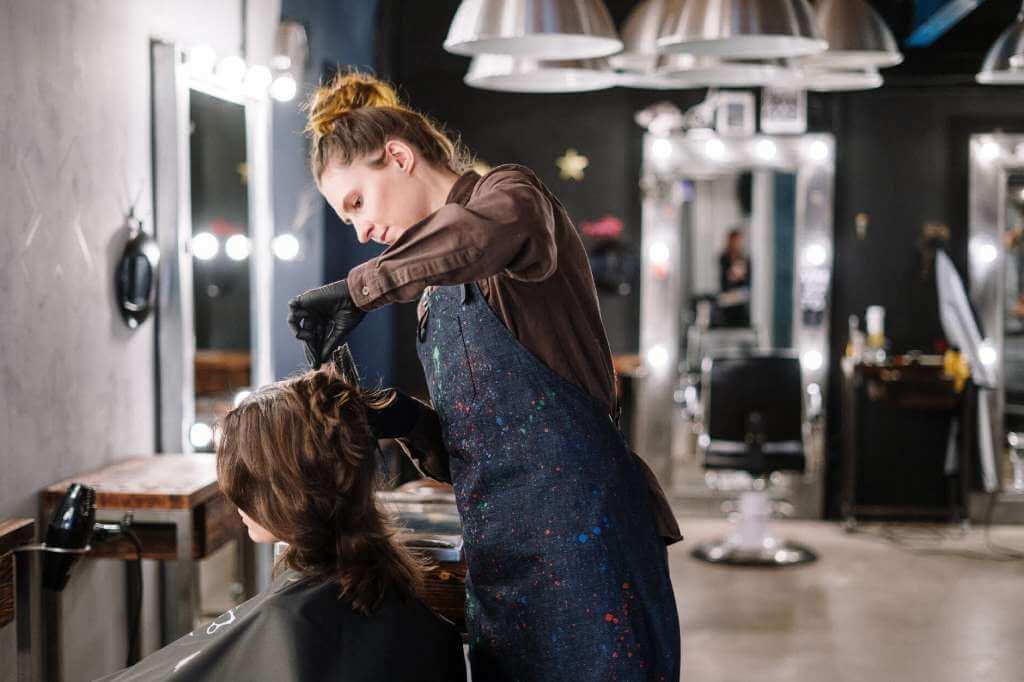 На фото изображено рабочий процесс в салоне красоты.