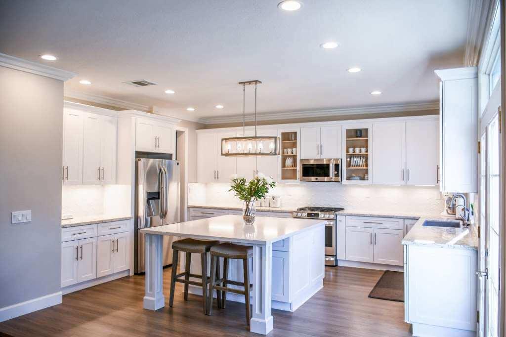 На фото изображена кухня в доме.