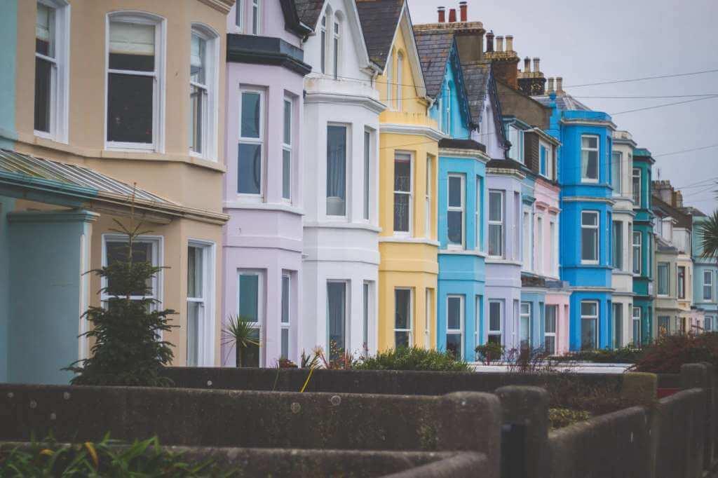 На фото изображены жилые дома.
