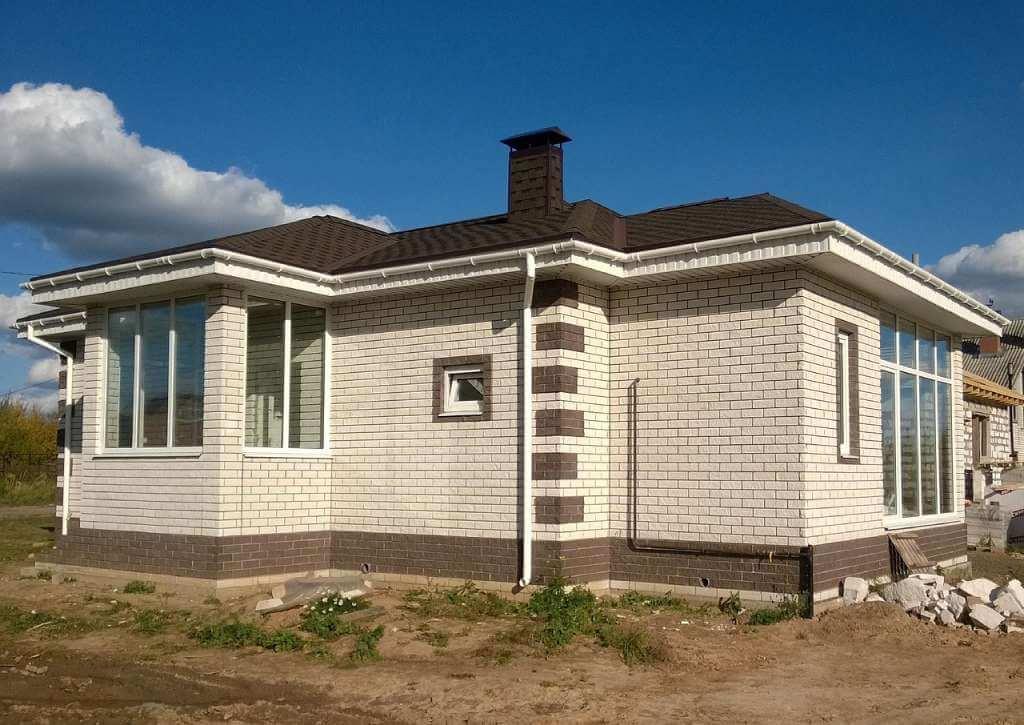 На фото изображено строительство дома.