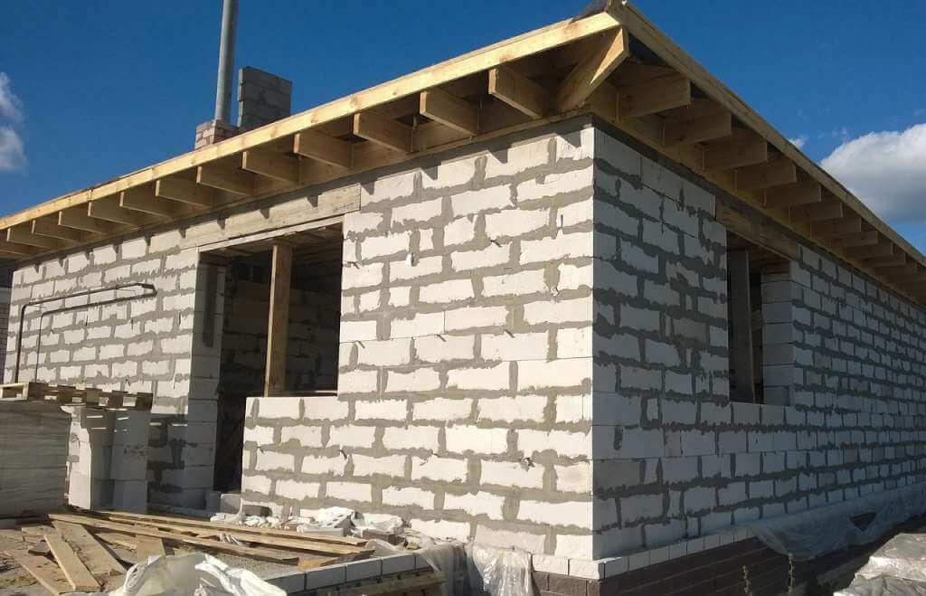 На фото строительство дома.
