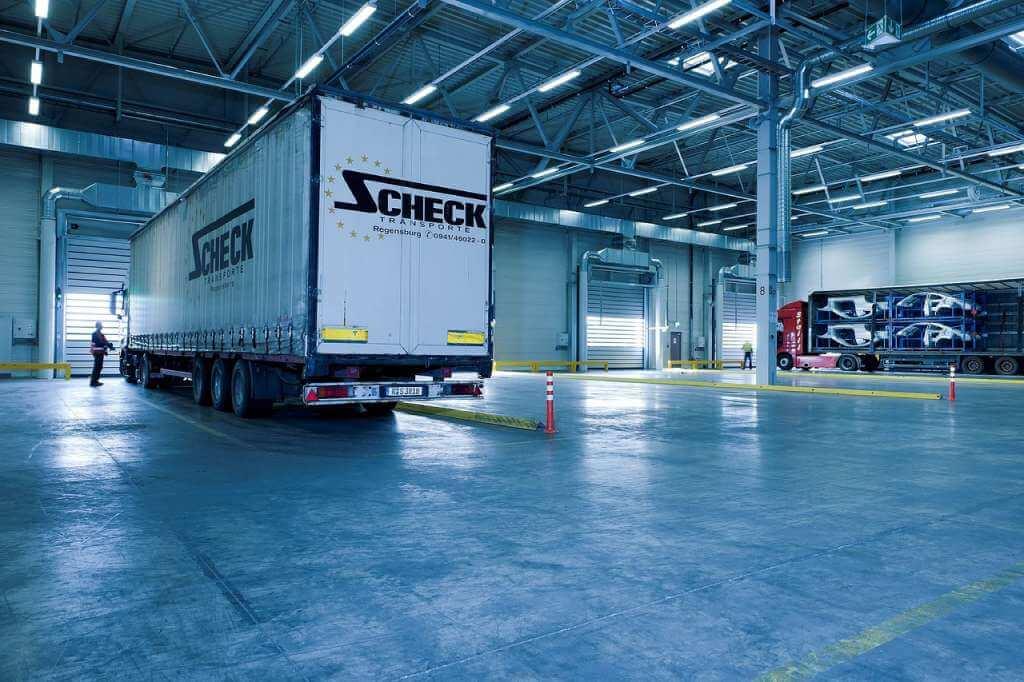 На фото грузовик на складе.