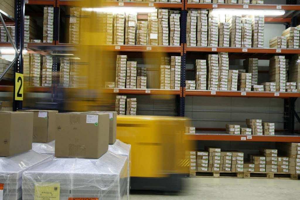 На фото изображено складское помещение.