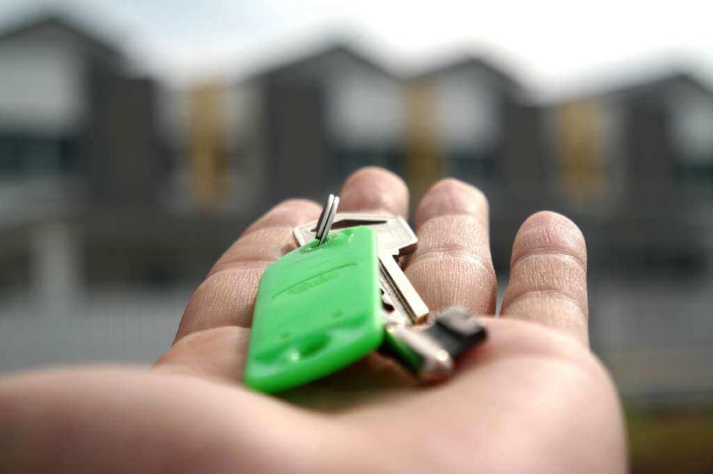 На фото ключи от квартиры в руке.
