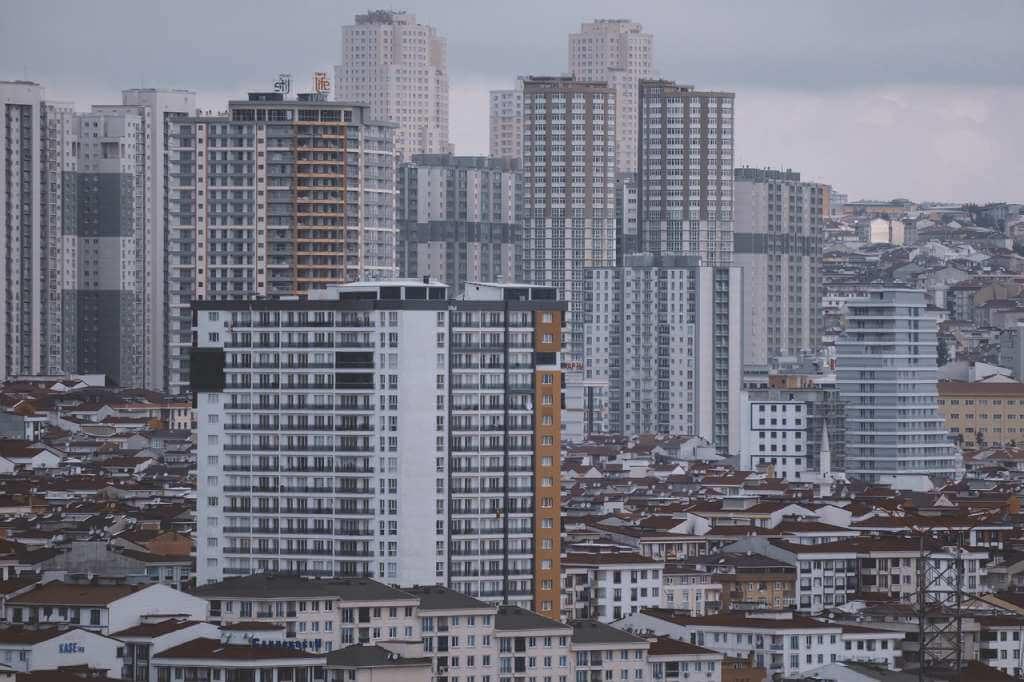 На фото многоэтажные здания в городе.