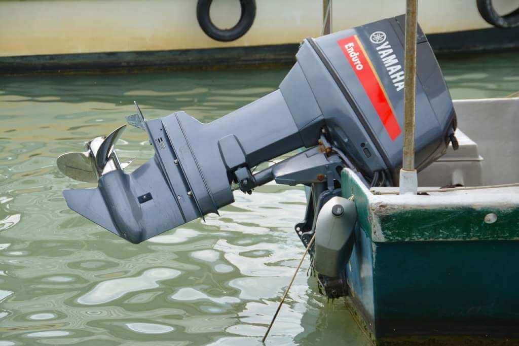 На фото изображен подвесной мотор на лодке.