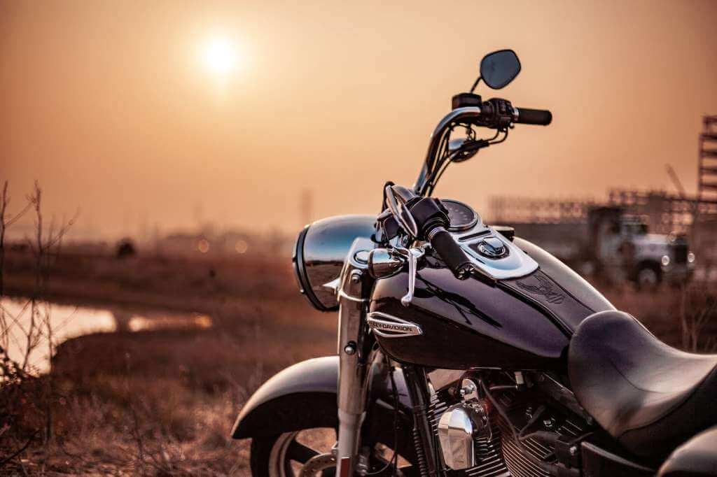 На фото изображена передняя часть мотоцикла.
