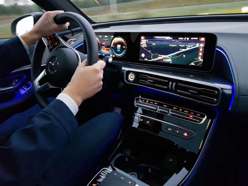 На фото мужчина за рулем авто.
