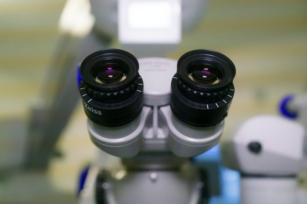 На фото микроскоп.