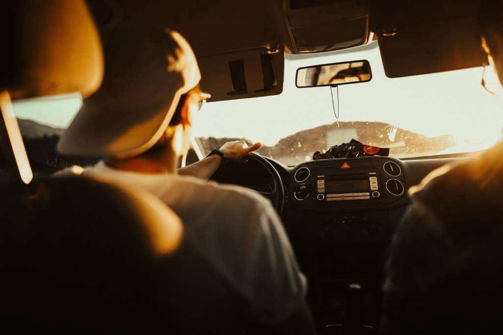 На фото человек за рулем.