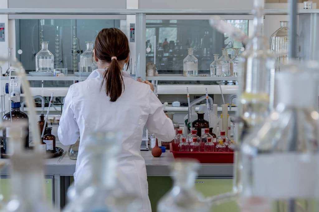 На фото изображен медик в лаборатории.
