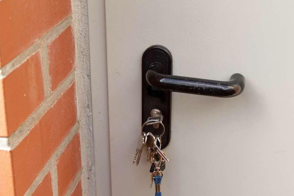 На фото ключи находятся в дверном замке.