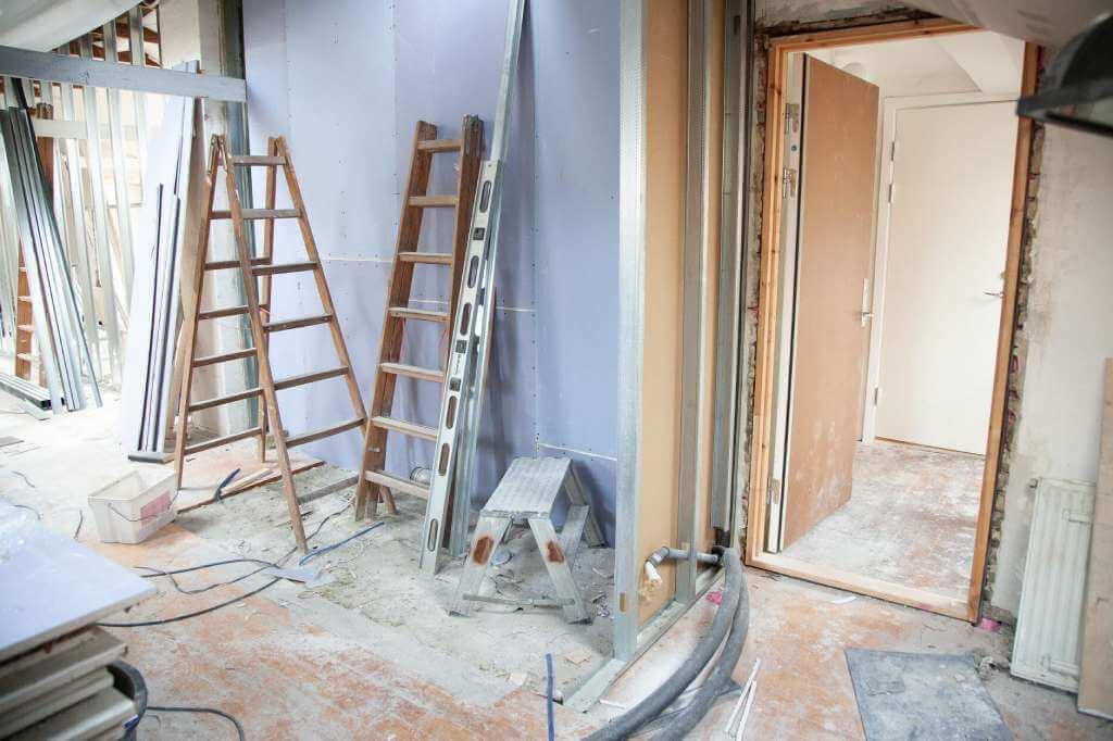 На фото изображена квартира, в которой происходит ремонт.