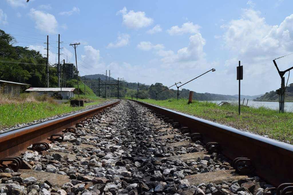 На фото железнодорожный путь.